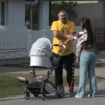 Miroslav Miki Đuričić uslikan kako šeta bebu, prva porodična fotografija pčelara iz Kupinova (SNIMAK)