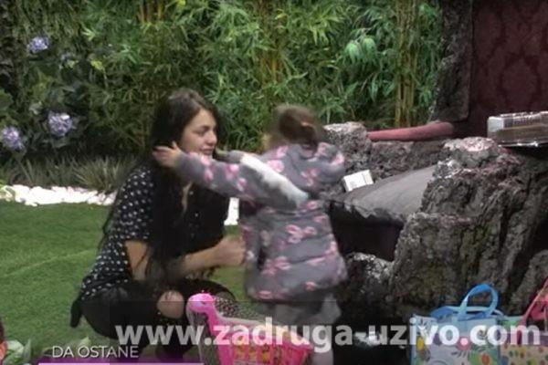 SCENA U ZADRUZI KOJA SLAMA SRCA! Viktorija jecala na sav glas, a onda je ugledala svoju ĆERKU: Mama, ne PUŠTAJ ME!